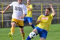 Fotbalisté béčka Velké Bíteše (ve žlutomodrém) se na tři body pořádně natrápili proti nováčkovi z Bohdalova, který doma zdolali těsně 3:2.