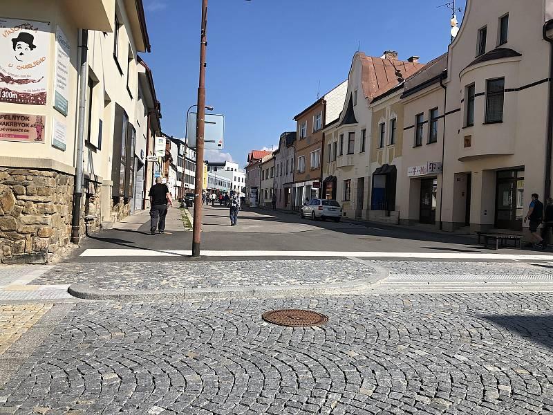 Část Nádražní ulice je už opravená. Další část rekonstrukce teprve čeká.