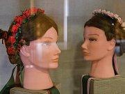 Výstava tradičních úprav a úborů hlav žen k lidovému kroji na Horácku a Podhorácku, která je k vidění v Městském muzeu ve Velké Bíteši.