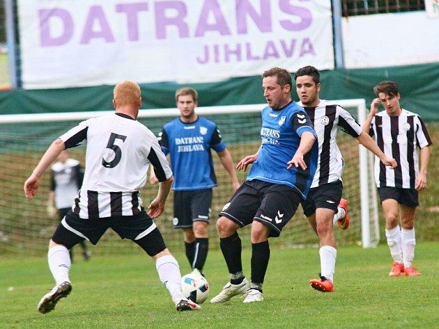 Fotbalisté Herálce (uprostřed u míče) si v utkání s poslední Želetavou s chutí zastříleli, nevyvarovali se však ani několika okének v obraně.