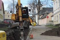 Výstavba nové splaškové kanalizace a čističky odpadních vod komplikuje život obyvatelům Jam. V současné době se pracuje na šesti místech najednou.