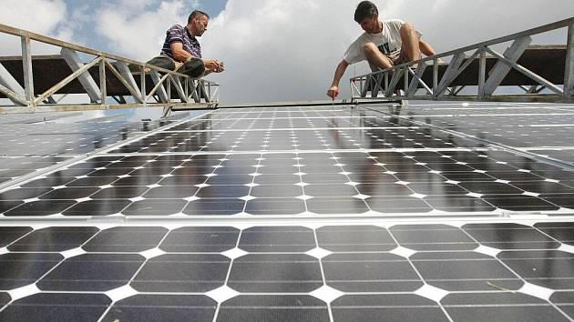 Fotovoltaické elektrárny se vyplatí, tvrdí ti, kteří do tohoto ekologického způsobu výroby energie investovali nemalé finanční částky. Podle propočtů odborníků  se jim jejich investice vrátí zhruba za deset let.