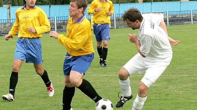 Fotbalisté Křoví (v tmavém) mají formu. To poznala před dvěma týdny i Borovina, která padla na domácím hřišti po pěti měsících.