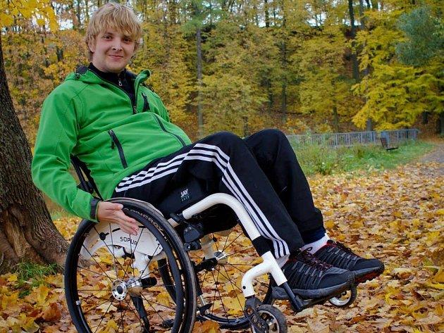 Pavel Brož se díky vytrvalému a intenzivnímu cvičení zvládne na vozíku pohybovat samostatně. Velkou oporou při rehabilitaci jsou mu rodina a přátelé.