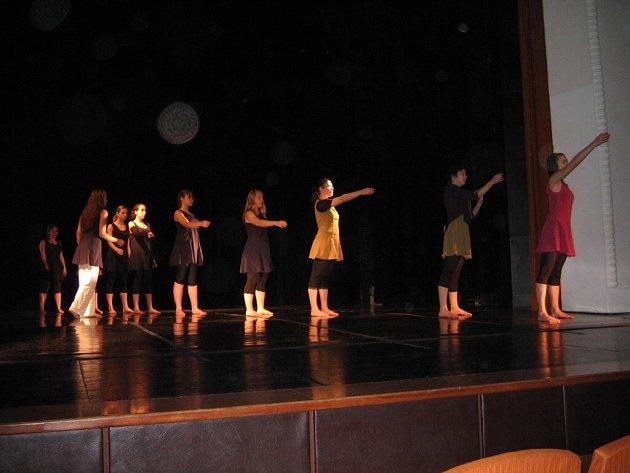 Taneční vystoupení dvanáctiletých členek žďárského tanečního souboru GEN uspělo na Krajské přehlídce scénického tance ve Zlíně. Dívky postupují na celostátní taneční přehlídku´.