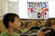 Tomáš Klus zpíval bystřickým dětem.