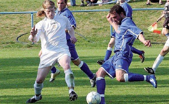 Hartvíkovičtí fotbalisté (v modrých dresech) opět body nezískali. Tentokrát oslabený celek vyučovaly Boskovice.
