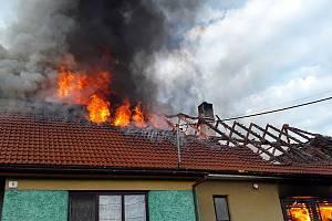 V Josefově hořel rodinný dům, na místě zasahovalo pět jednotek hasičů.