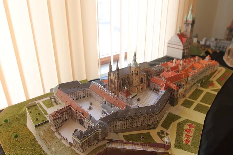 Pražský hrad na fotografii je oficiálně největší papírový model postavený dle skutečné předlohy.