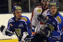 Klíčová bitva sezony bude k vidění v Pelhřimově. Domácí tým na svém ledě v rámci II. ligy dnes přivítá poslední tým tabulky, Velké Meziříčí (v modrém).