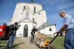 Zvonař Petr Manoušek přivezl do Žďáru zvony už v dubnu. Byly pak vystavené v kostele.