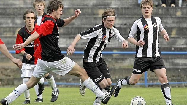 Havlíčkobrodský Slovan (uprostřed s míčem záložník Martin Turek) zvládl přestřelku ve Staré Říši. Tři kola před koncem se tak vrátil na třetí místo v tabulce.