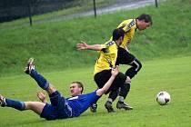 Fotbalisté Vrchoviny B (zleva ve světlém Stanislav Kršek a Pavel Poul) dokázali otočit nepříznivý vývoj zápasu s Borovinou.