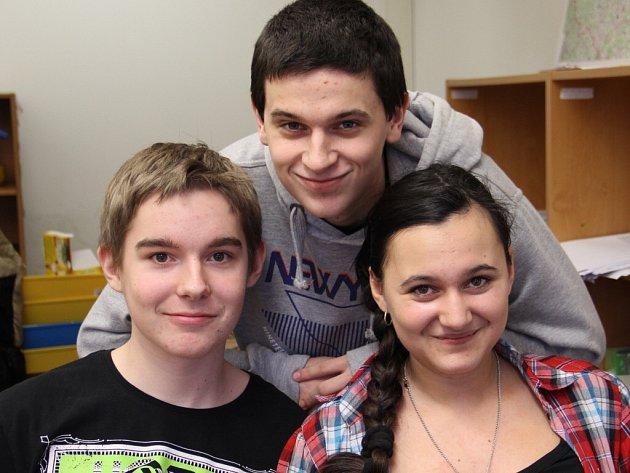 Martin Anderle (zleva), František Bešta a Markéta Prokešová se učí podnikat ve fiktivní firmě.