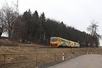 Některé stromy v lesíku u chatové osady Krejdy se budou muset pokácet kvůli nové silnici.