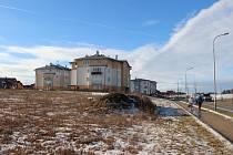 Při okraji Sázavské ulice ve směru od mostu ke čtvrti Klafar zatím stojí dva bytové domy. Pod tím blíže k mostu radnice nabízí pozemek pro stavbu další bytovky.