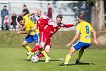 Fotbalisté Velkého Meziříčí (v červeném) doma v neděli porazili Kroměříž 3:1.