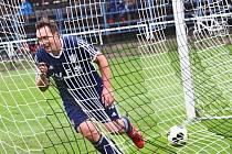 Utajovaná posila Mirek Stejskal právě střílí svůj druhý gól v zápase, kterým upravil výsledek na konečných 0:3.