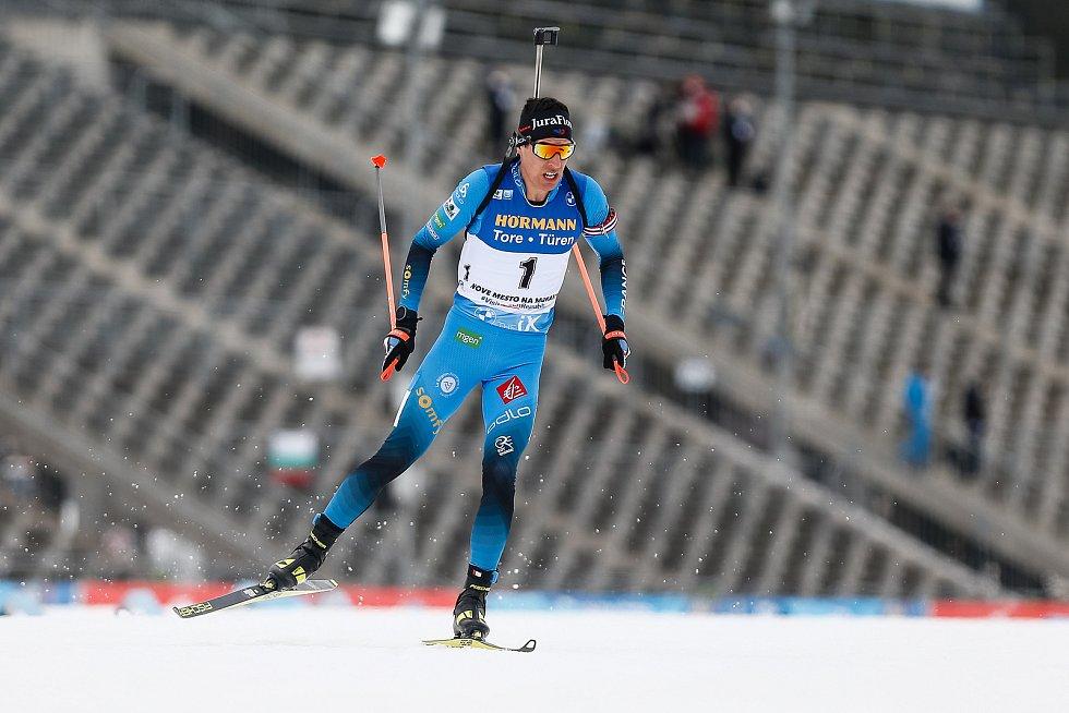 Quentin Fillon Maillet v závodu Světového poháru v biatlonu - stíhací závod mužů na 12,5 km.