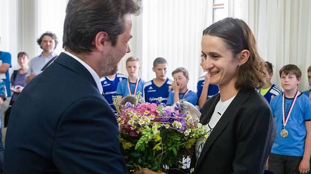 Rychlobruslařka Martina Sáblíková přebírá květiny od místostarosty Žďáru nad Sázavou Josefa Klementa.