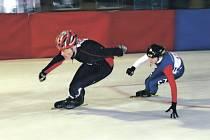 Radim Kamenský (vlevo) a Lucie Kotrchová se o vítězství ve čtvrté disciplíně dvanáctiboje utkali v přímém duelu. Bývalá reprezentantka nakonec Kamenského porazila o necelé půl vteřiny a stala se absolutní vítězkou disciplíny.
