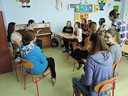 Gymnazisté se na sobotní koncert poctivě připravují - trénují zpěv koled i řeší organizační záležitosti.