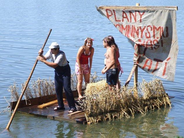 V Novém Veselí bylo rušno. Konala se tam tradiční Neckyáda. Účastníci opět soutěžili o co nejoriginálnější plavidlo.
