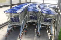 Nákupní vozíky slouží i jako dopravní prostředek.