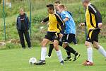 Devět gólů nasázelo v sobotu béčko Bystřice (v modrém) fotbalistům Křoví (v černých dresech).