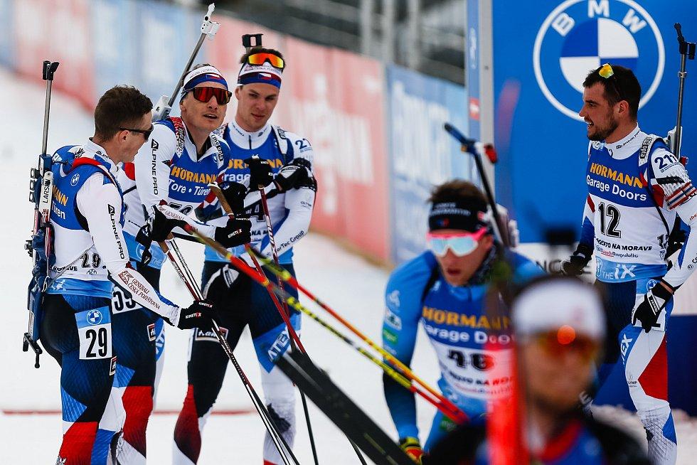 Čeští závodníci po dojezdu Ondřeje Moravce v závodu Světového poháru v biatlonu - stíhací závod mužů na 12,5 km.