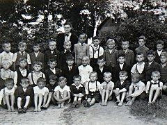 Fotografie prvňáčků z roku 1944.