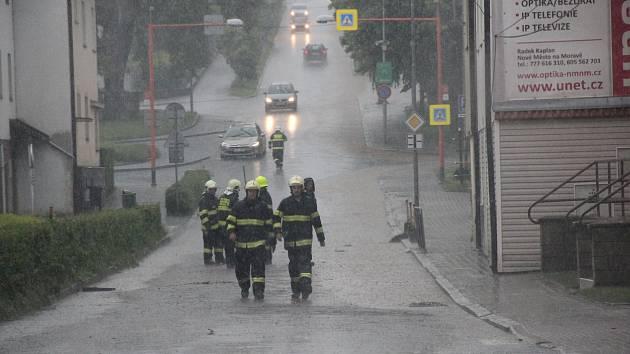 Ve Žďárské ulici musí hasiči v době přívalových dešťů otvírat kanály.
