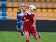 Kanonýr Pavel Simr (v červeném) vystřelil dvěma góly Velkému Meziříčí bod na hřišti Hodonína za remízu 2:2.