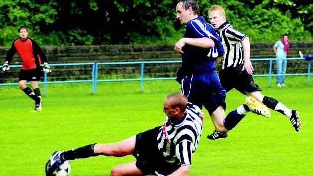 Fotbalisté Žďáru (ve skluzu Martin Řeháček) hrají poslední zápas sezony v Hartvíkovicích. K záchranářské jistotě jim chybí bod.