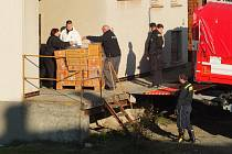 Hasiči a policejní pyrotechnici vyšetřovali požár skladu zábavní pyrotechniky ve Žďáře.