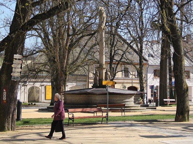 Horní část Vratislavova náměstí prošla rozsáhlou rekonstrukcí. Lidé si ale stěžují, že písek z cest v parku se na botách roznáší do širokého okolí.