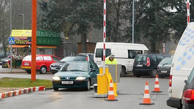 Parkoviště u žďárského Kauflandu.