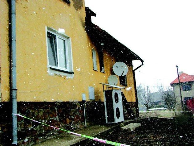 Zatím z neznámých příčin tam hořelo v jednom z rodinných domů.