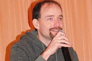 Nevidomý sportovec Ondřej Zmeškal vystoupil při besedě v Krásněvsi, na pódiu mu sekundoval tamní starosta Karel Uhlíř.