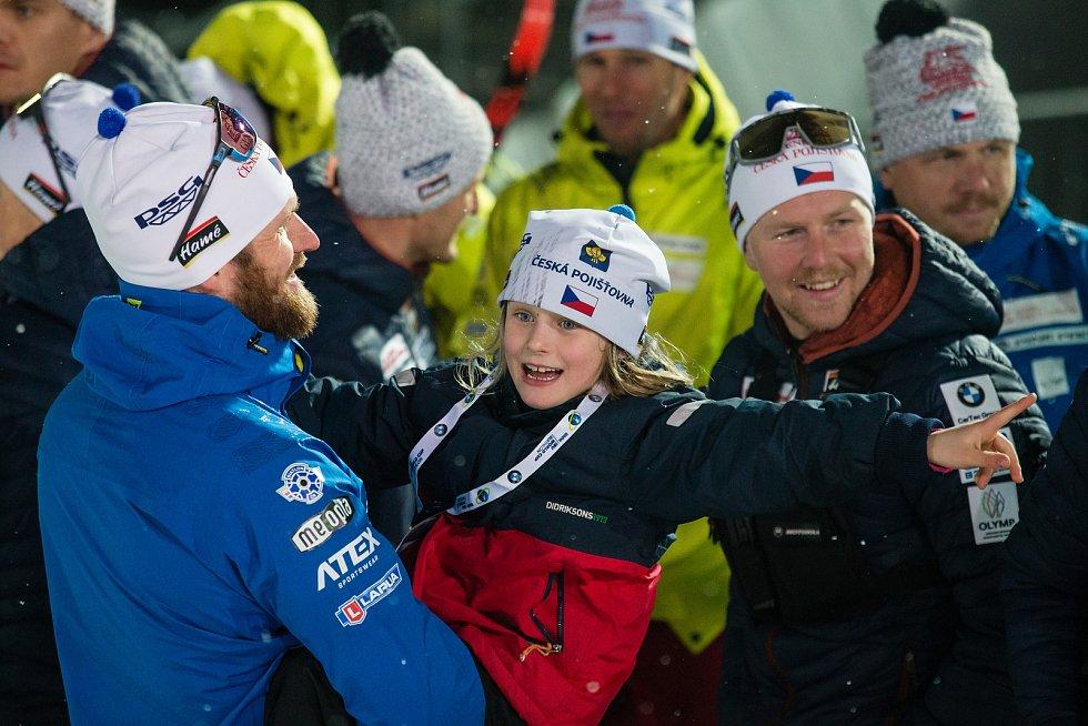 Rozlučka Michala Šlesingra s biatlonovou kariérou po závodu ve sprintu na Světovém poháru v biatlonu v Novém Městě na Moravě. Na snímku s dcerou Victorií Šlesingrovou.