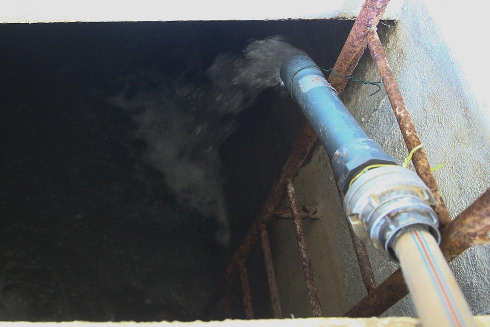 Cisternové navážení vody do vodojemu ve Vojnově Městci.