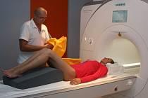 Přístroj představuje uzavřený válcovitý magnet, v němž po zasunutí lehátka musí pacient klidně ležet, a to podle typu vyšetření až několik desítek minut.