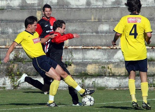 Fotbalisté Okříšek hostí Vrchovinu (ve žlutém) , proti které chtějí uspět.