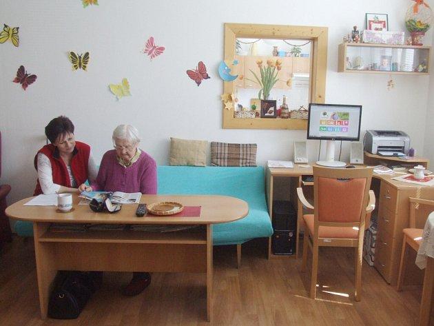 O seniory se ve Žďáře nad Sázavou starají v denním stacionáři v Libušínské ulici. Klientům tam nabízejí nejrůznější aktivity čtení, ruční práce, společenské hry nebo třeba vycházky. Pro odpočinek jsou k dispozici lůžka v ložnici.