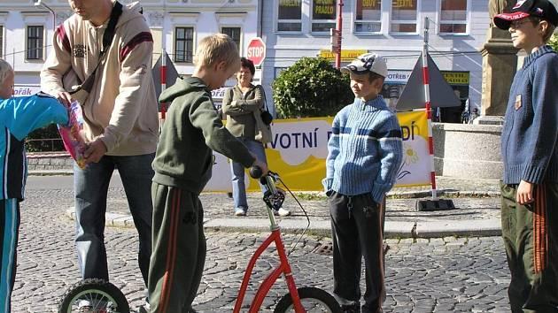 JÍZDA NA KOLOBĚŽCE. Evropský Den bez aut si na Masarykově náměstí v Bystřici nad Pernštejnem užívaly hlavně děti. Mohly si vyzkoušet například jízdu na koloběžce, za níž dostaly sladkou odměnu.