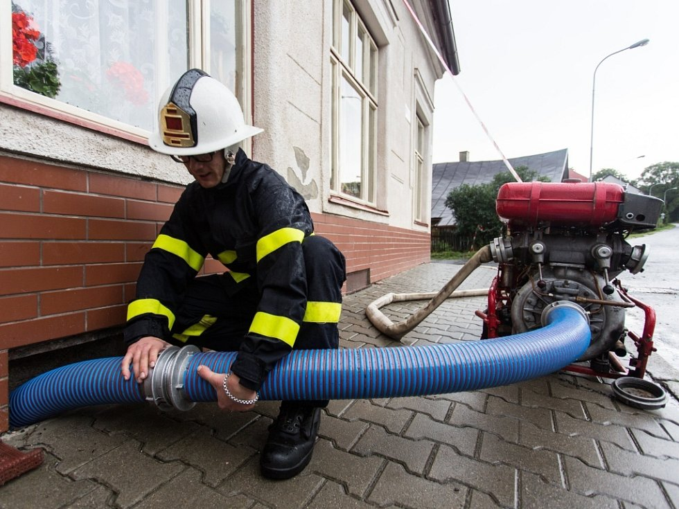 V obci Svratka na Žďársku zaplavila voda 3. srpna po přívalovém dešti několik domů. Ze sklepů ji odčerpávali hasiči.