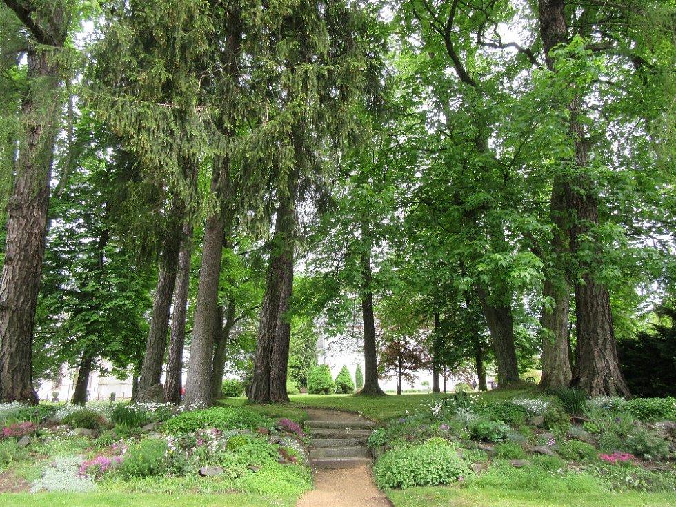 Tradiční dny otevřených zahrad se letos ve žďárském zámku budou konat o víkendu 27. a 28. května. Nahlédnout do soukromých zahrad hraběnky Tamary Kinské mají návštěvníci možnost jen jednou ročně.
