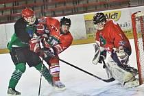 Rozhodující čtvrtfinále mezi Vatínem (v zeleném) a Znětínkem vyhrál Vatín a postoupil do semifinále play-off Vesnické hokejové ligy.