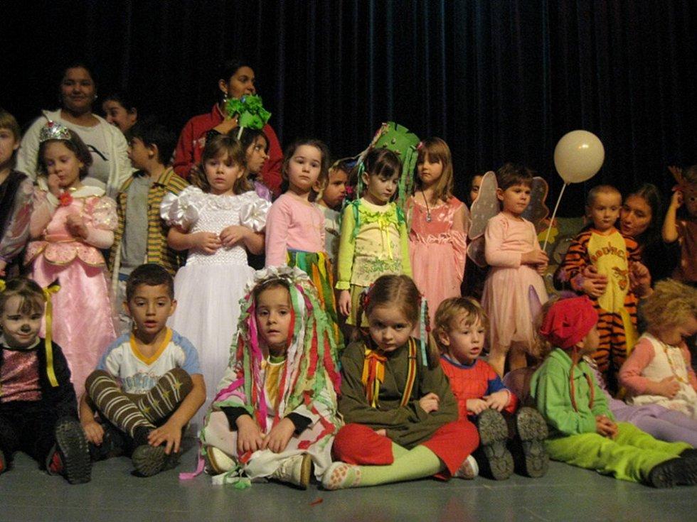 Dvouhodinovým programem provázeli členové Divadýlka Mrak z Havlíčkova Brodu Josef Melena a Yvonna Kršková. Pro děti připravili pásmo soutěží z vodnického světa.