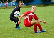 V derby rezerv se radovala juniorka Vrchoviny (v červeném), která v utkání bohatém na góly zdolala béčko Žďáru nad Sázavou (v černém) těsně 4:3.